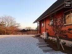 イタウバ、ウッドフェンス、横板フェンス、コンクリート枕木平板、白砕石砂利、施工例