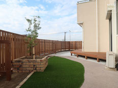フェンス、目隠しフェンス、ウッドデッキ、雑草対策、人工芝、レンガ花壇、施工例