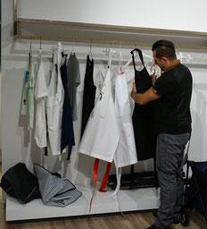Unser Stylist sucht das nächste Outfit raus.