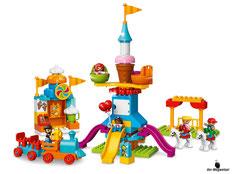 Im Paket Lego 10840 Grosser Jahrmarkt sind 106 Einzelteile, zwei Erwachsene, drei Kinder, ein Riesenrad, ein Karusell, zwei Wellenrutschen, ein Zug, ein Wagon, ein Eisstand, ein Tisch, vier Stühle, eine Toilette, eine Kamera und zwei Luftballone enthalten