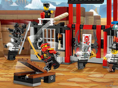 Die Besonderheit im Lego Paket 70591 ist einen Tischkatapult, der Brötchen losschleudert und ine Essnschlacht auslöst. Klappe beim Cockpit zum öffnen.