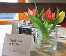 Tisch mit Tulpen, Reserviert-Schild