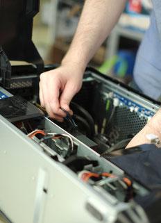 Reparatur eines PCs in der ReUse Werkstatt des DRZ