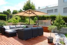 Garten-Lounge mit Sonnenschirm und Kissenbox