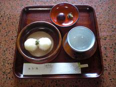 小さな餅二つとお茶と漬け物付きお一人700円