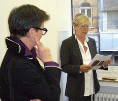 Christiana Vielhaber eröffnet die Ausstellung von Helga Weihs