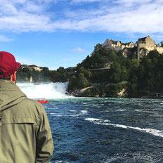 Der Rheinfall liegt bei Schaffhausen und ist einer der größten Wasserfälle in Europa.