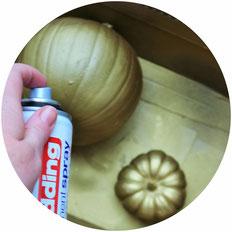Bild: DIY Kürbis Dekoration mit Sprühfarbe im Boho-Stil selber machen - Kürbis Deko Ideen für die Halloween Party mit Anleitung und Tipps vom DIY Deko und Partystyling Blog Partystrories.de // #Halloween #Halloweenparty #kürbisdeko #diydeko