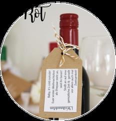 Bild: Cheers to Mr. & Mrs - DIY Hochzeitsgeschenk zum Antoßen! Wein schön verschenken, mit gratis Download für Geschenkanhänger und Glückwunschkarte zum ausdrucken, gefunden auf Partystories.de