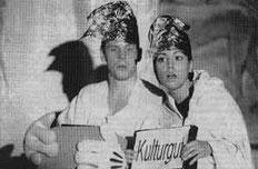 """IM GYMNASIUM gastierte am Dienstag abend wieder der """"Kabarettungsdienst"""" aus Wuppertal. Auch dieses Schülergastspiel wurde vom Publikum mit Beifall nicht zu knapp bedacht."""