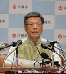 記者会見で差し止め訴訟の提訴を表明する翁長知事=7日午後、県庁