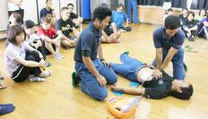 八重山特別支援学校で心肺蘇生法の職員研修が行われた=11日午後