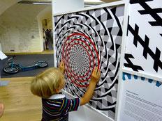 Kinder forschen, experimentieren und haben Spaß