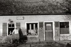 Gründervater Josef Fritsch vor seiner ersten Backstube in der Schloßstraße