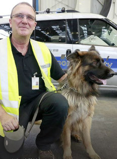 Larry Hansen and his shepherd Cora have taken on the bedbug challenge  -  courtesy Fraport