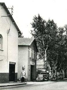 Pompe manuelle à Orgon dans les années 50 ainsi que les 4CV  en attestent