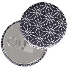Flaschenöffner  Flaschenöffner-Rückseite mit Neodym-Magnet  59 mm  , Sternenmuster weiß auf schwarz