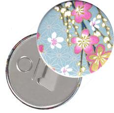 Flaschenöffner  Flaschenöffner-Rückseite mit Neodym-Magnet  59 mm  ,Blüten pink weiß auf hellblau