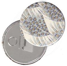Flaschenöffner  Flaschenöffner-Rückseite mit Neodym-Magnet  59 mm  Florentiner Papier, Federn blau grau mit Golddruck