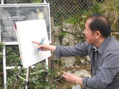 勝林院の本堂を描き始める松井画伯