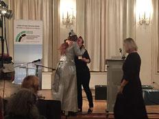 Verleihung des Goldenen Lichtpunkt an Lucy van Org durch Stefanie Oeft-Geffarth