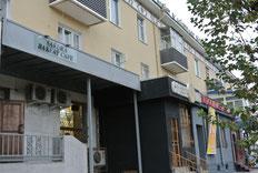 日本食とケーキの店「サクラ」(左)