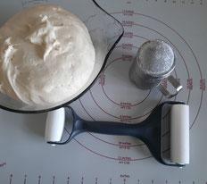 Herstellung des Hefeteigs mit Utensilien von Pampered Chef