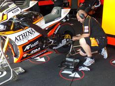 Präzises Arbeiten während und auch nach dem Training der MotoGP gehört für die Crew mit dazu.