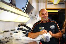 Ein Mechaniker des Forward Racing Teams verpackt Teile des Motorrads im Team Truck