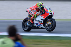 Andrea Iannone fliegt zu Platz vier