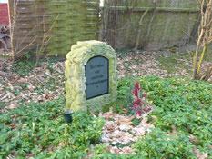 Grabanlage für vier unbekannte sowjetische Kriegsgefangene am Rande des Gemeindefriedhofs von Wiepenkathen. Foto: M. Quelle