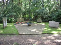 Grabanlage für 16 sowjetische Kriegsgefangene aus dem Stalag X B, die in Boostedt zur Arbeit in der dortigen Luftmunitionsanstalt eingesetzt waren. Foto: A. Ehresmann, 2004