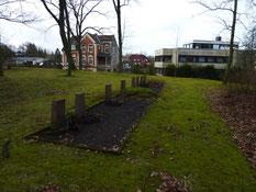 Grabreihe mit sieben polnischen Displaced Persons und des französischen KZ-Häftlings Fernand Deffaux aus dem KZ-Auffanglager im Stalag X B, gestorben am 12. Juni 1945 in Stade. Foto: M. Quelle