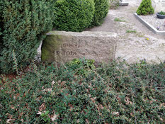 Auf dem Friedhof befindet sich die Grabstelle von sieben unbekannten sowjetischen Kriegsgefangenen. Sie wurden am 12. Juni 1945 in einer Torfgrube verscharrt aufgefunden. Foto: A. Beneke, 2020