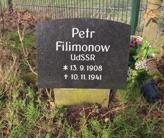Einzelgrab des sowjetischen Kriegsgefangenen Petr Filimonow (37480 XD) am Rande des Friedhofs. Das Grab war jahrelang falsch zugeordnet und konnte nach neuen Recherchen 2019 korrigiert werden. Foto: M. Quelle