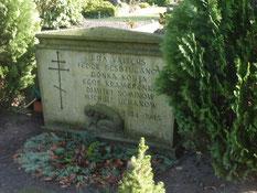 Grabstein für die sowjetischen Kriegsgefangenen Besduganow (13000 XB), Kramarenko (10053 XB), Semjonow (122622 XB) und Uchanow sowie eine sowjetische Zwangsarbeiterin und ein Zwangsarbeiterkind. Foto: M. Quelle