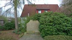 Nach dem Krieg errichteter Gedenkstein für 41 sowjetische Kriegsgefangene aus dem Stalag X B, die am Rande des Jüdischen Friedhofes von Rotenburg (Wümme) beigesetzt wurden. Foto: A. Ehresmann, 2012