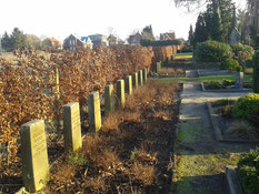 Grabreihe mit sieben verstorbenen sowjetischen Kriegsgefangenen aus dem Stalag X B und nach Kriegsende in Zeven verstorbenen Displaced Persons. Foto: R. Sperling