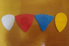 アイルランドの楽器屋さんで買ってきた色々な形のナイロン製ピック