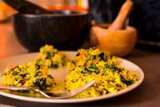 assiette de noix grillées et verre rempli e lait décoré avec de la coriandre fraîche