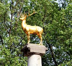 Der Goldene Hirsch, Wappentier von Schöneberg, an der Spitze des Hirschbrunnen im Rudolph-Wilde-Park. Foto: Helga Karl