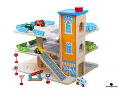 Im Paket Woody ist eine grosse Garage,  ein Feuerwehrauto, ein Krankenwagen, zwei Personenwagen, vier Strassenschilder und eine Barriere enthalten.
