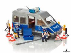Im Paket Playmobil 9336 ist enthalten ein Polizeibus mit Zubehör für die Strassensperre und zwei Polizisten enthalten.