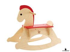 Im Paket Hape ist ein Schaukelpferd Rocky mit der Masse des Pferdes von 68x28x52cm enthalten.
