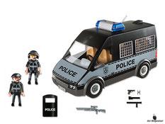 Im Paket Playmobil 6043 ist enthalten ein Polizei-Mannschaftswagen, 2 Polizisten, ein Gewehr, ein Schutzschild, ein Helm, ein Visier, ein Barett,  2 Pistolen, ein Schlagstock und eine Taschenlampe.