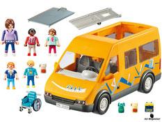 Im Paket Playmobil 9419 ist ein Schulbus, eine Frau, zwei Mädchen, zwei Jungen, ein Dacheinsatz, ein Rollstuhl, eine Rampe, drei Rucksätze und eine Schultasche enthalten.