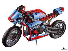 Im Paket Lego 42036 sind 375 Lego Einzelteile  und eine Anleitung enthalten.