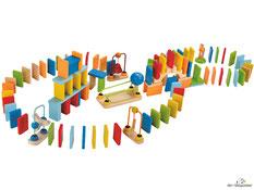 Im Paket Hape sind 26 Einzelteile, ein Glöckchen-Tor, eine Kugel-Steilkurve, fünf Kurven, eine Gerade, acht Verbindungselemente, ein Startstein, zwei Säulen, drei Dominosteine, zwei Treppensteine, eine Kugel Paul, eine Kugel enthalten.