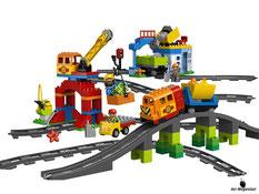 Im Paket Lego 10508 sind 134 Einzelteile mit drei Eisenbahnangestellten inkl. Schienensystem à 175cm enthalten.
