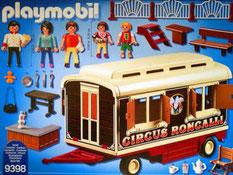 Im Paket Playmobil 9398 ist eine Wohnwagen, ein Mann eine Frau, ein Kind, ein Tisch, vier Klappstühle und weiteres Zubehör enthalten.
